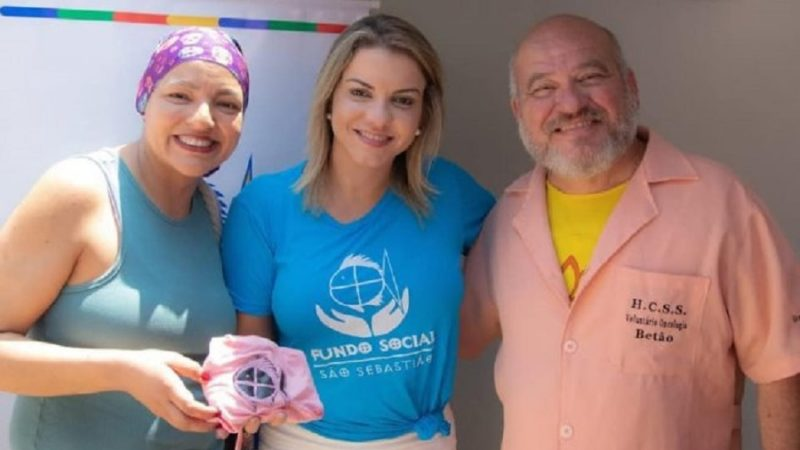 Fundo Social doa turbantes e colares para projeto 'Mãos que Acolhem'