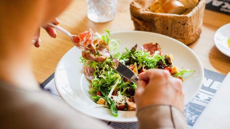 Técnicas de atenção plena podem ajudar a melhorar os hábitos alimentares